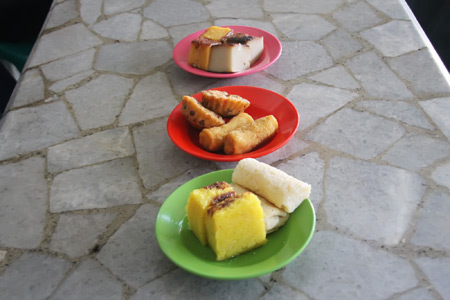 Aneka kue khas Aceh siap menemani nikmatnya menghirup secangkir kopi Aceh di pagi hari