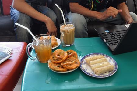 Internet hotspot menjadi andalan banyak kedai kopi di Aceh yang membidik segmen muda