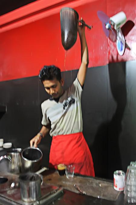 Salah kekhasan kopi Aceh, kopi dimasak dengan air, kemudian disaring dengan teknik yang unik