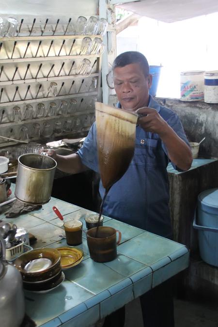 Salah satu kekhasan kedai kopi Aceh terletak pada teknik peracikannya