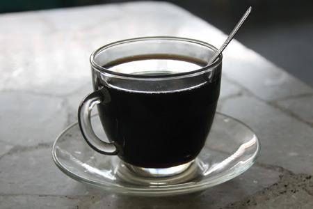 Umumnya kedai kopi di Aceh menyajikan kopi hitam, kopi susu dan sanger