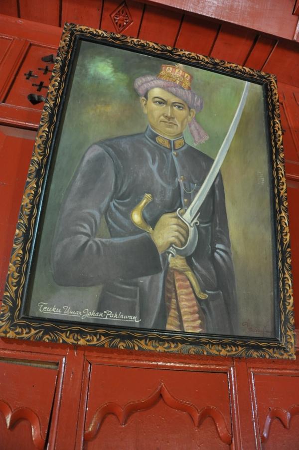 Di serambi setelah pintu masuk, dipamerkan sejumlah lukisan pahlawan Aceh, diantaranya Teuku Umar