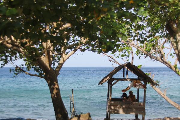 Di tepi pantai tersedia gubuk-gubuk yang dapat digunakan pengunjung untuk bersantai