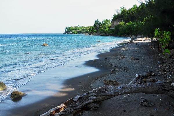 Birunya laut lepas dan desiran angin pantai ini dapat menghadirkan ketenangan dalam diri