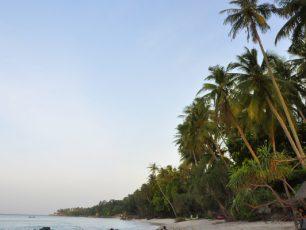 Bersantai Sejenak Menikmati Hamparan Pasir di Pantai Sumur Tiga