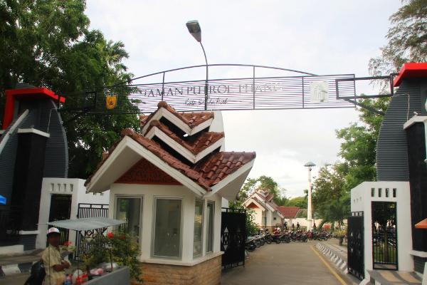 1225_thumb_Taman_Putroe_Phang_merupakan_bagian_kecil_yang_masih_tersisa_dari_kompleks_Istana_Kesultanan_Aceh_Darud_Dunya.jpg