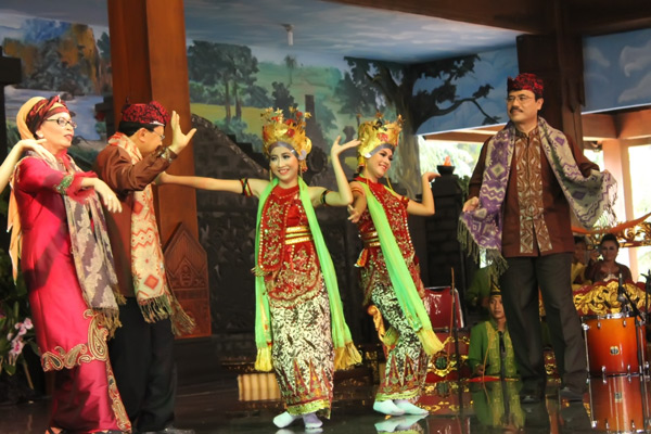 Pada bagian paju, penari Gandrung mengajak para tamu untuk ikut menari berpasangan