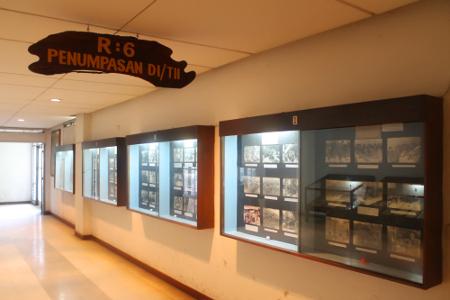 Foto-foto penumpasan gerakan DI TII yang terpajang di Museum Mandala Wangsit Siliwangi