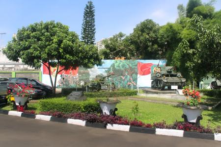 1269_thumb_Kendaraan_perang_yang_dipajang_di_halaman_depan_Museum_Mandala_Wangsit_Siliwangi.jpg