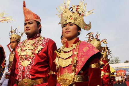1274_thumb_Busana_pengantin_bangsawan_dari_Suku_Saibatin_yang_di_dominasi_dengan_warna_merah_dan_keemasan.jpg
