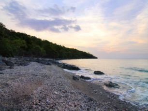 Pesona Kealamian Air Terjun Sengalo di Pulau Moyo