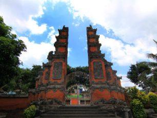Mengunjungi Pura Meru yang Sakral di Lombok