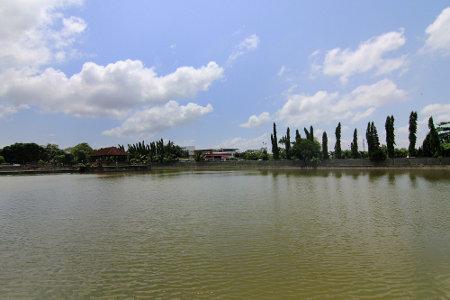Kolam di tengah Taman Air Mayura sering digunakan masyarakat untuk memancing