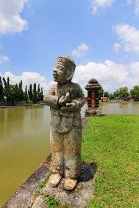 Patung seorang pria Tionghoa yang menunjukkan toleransi antaragama