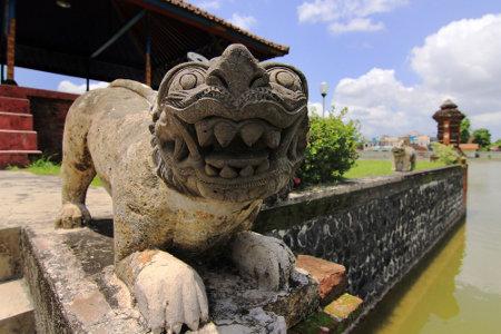 Patung singa yang berfungsi untuk menjaga taman dari roh jahat