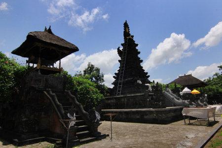 Taman Air Mayura terletak di Kecamatan Cakranagera, Kota Mataram, Nusa Tenggara Barat