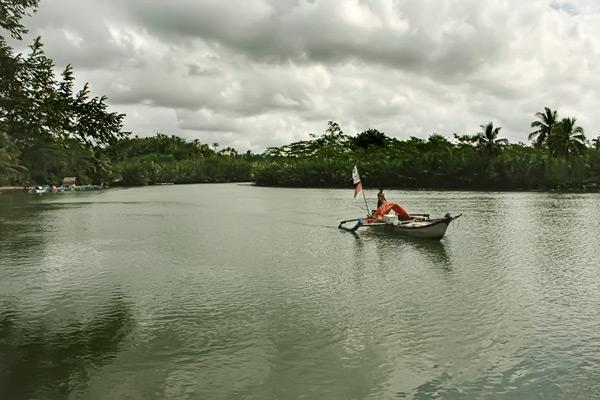 Di sungai ini, kita bisa melihat aktivitas nelayan dengan kapalnya sedang mencari ikan di sungai