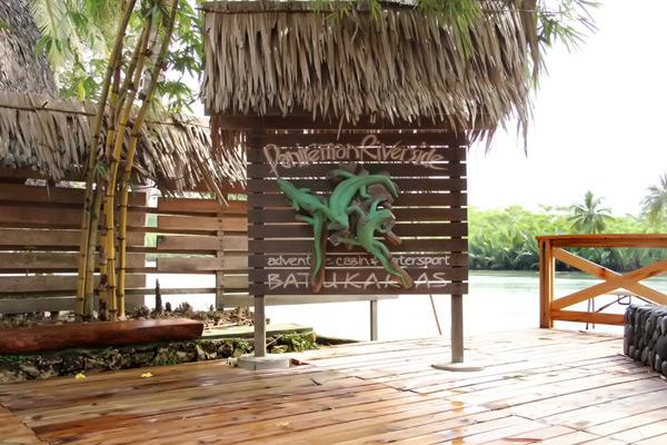 Restoran Riverside, salah satu tempat makan yang bisa Anda coba di sekitar area sungai