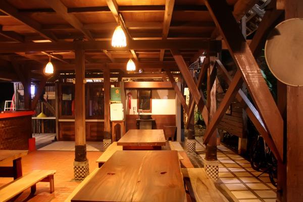 Suasana Restoran Riverside yang menjadi restoran favorit wisatawan yang berkunjung ke Sungai Cijulang