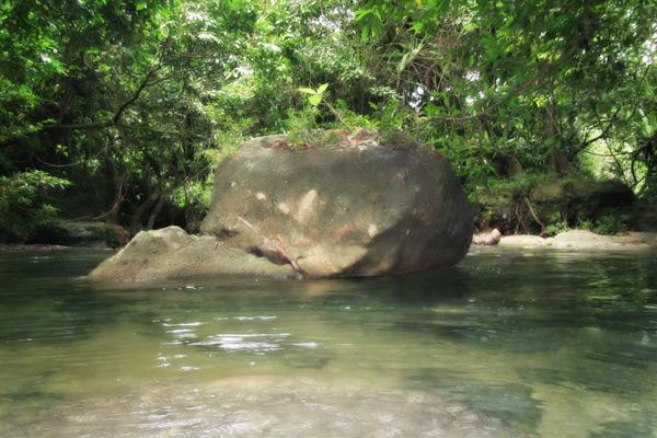 Batu besar yang banyak menghiasi Sungai Citumang
