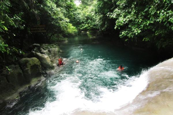 Body rafting menjadi salah satu olahraga  yang bisa Anda coba di Sungai Citumang