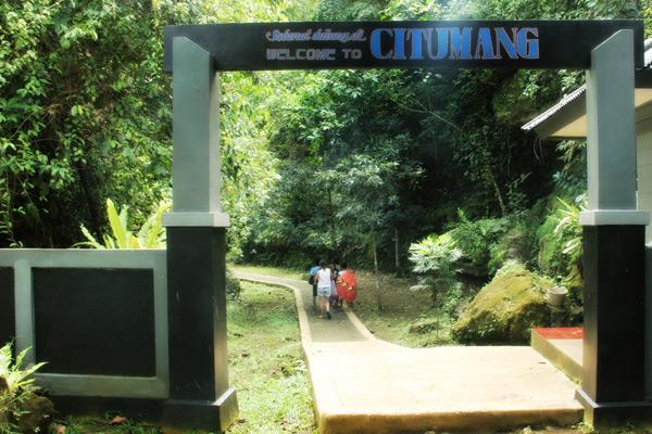 Gerbang masuk bagi pengunjung yang ingin berkunjung ke Sungai Citumang