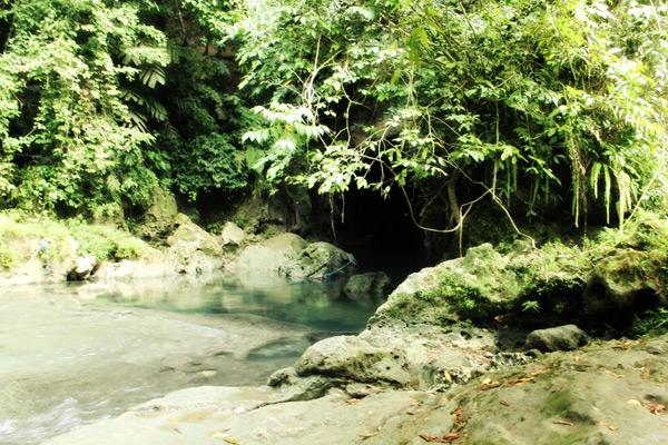 Salah satu pintu masuk gua bagi pengunjung  yang ingin menyusuri gua di Sungai Citumang