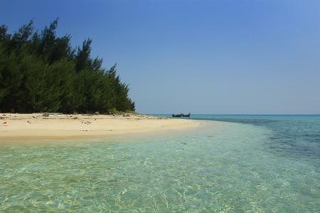 1296_thumb_Menikmati_kesunyian_Pulau_Tikus_bersama_hamparan_pasir_putih.jpg