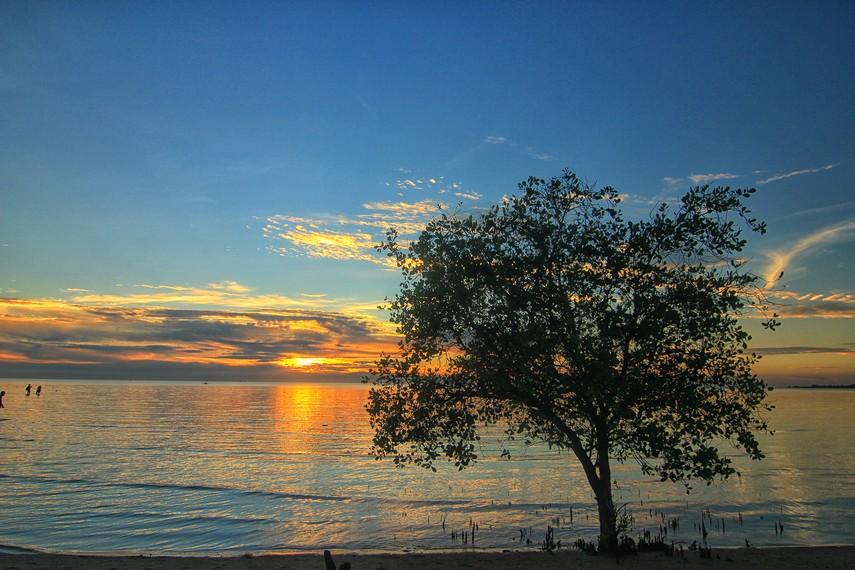 Pantai Tanjung Pendam paling mudah diakses dari pusat Kota Belitung dan membutuhkan waktu 45 menit dari bandara menuju pantai ini