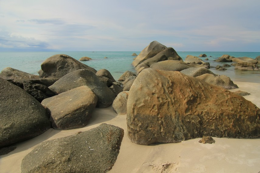 Tebaran batu granit menjadi salah satu ciri khas Pantai Tanjung Pesona