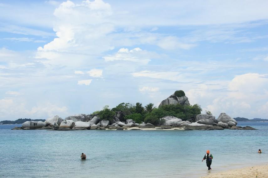 Berenang dan bermain air di sisi pulau dapat menjadi pilihan yang menyenangkan ketika berada di Pulau Lengkuas
