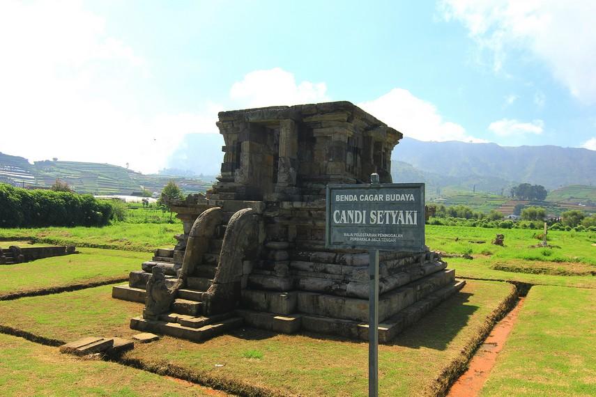 Candi Setyaki terletak sekitar 200 meter arah barat dari Kompleks Candi Arjuna