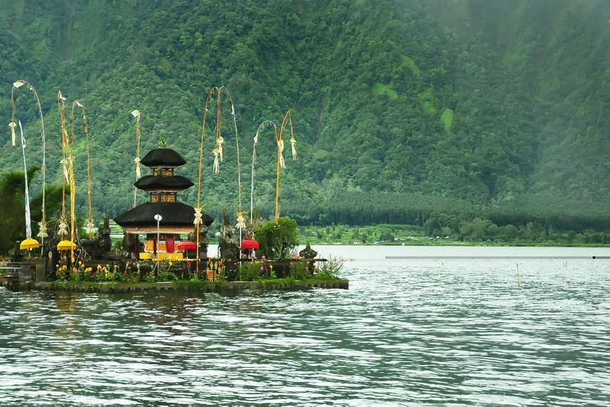 Latar panorama alam Bedugul yang mengelilinginya menambah keindahan Pura Ulun Danu Beratan