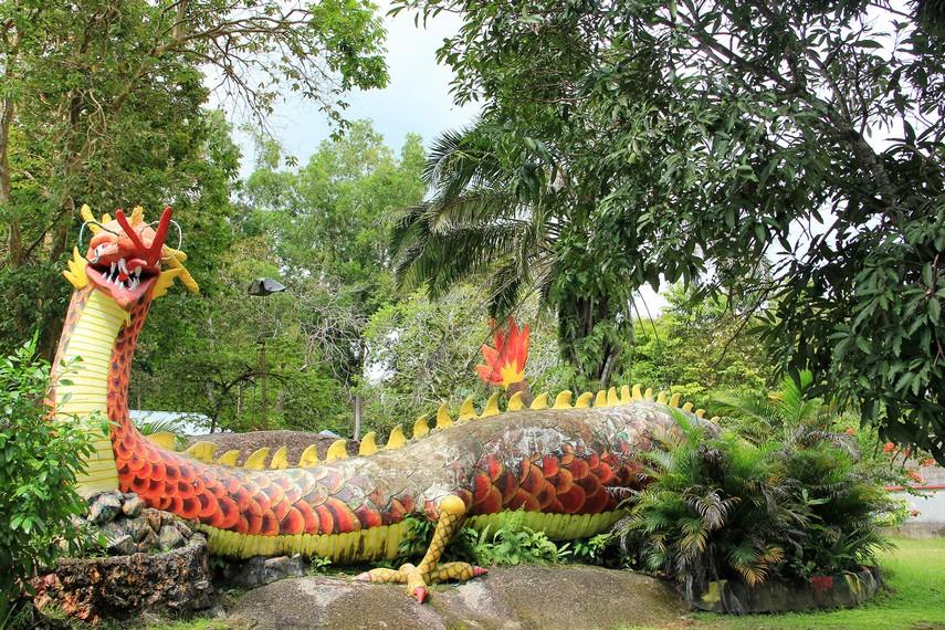 Di tengah-tengah taman Kebun Binatang Mini pengunjung bisa melihat patung naga