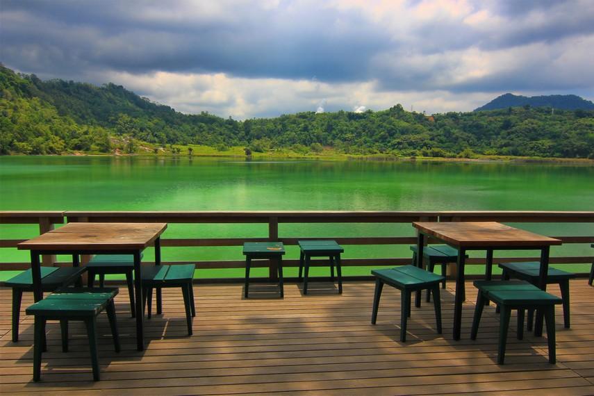 Duduk santai dan memandangi keindahan Danau Linow memberikan nuansa ketenangan tersendiri