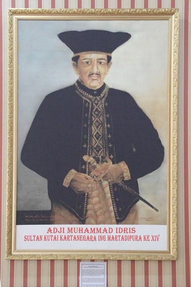 Salah satu lukisan sultan yang pernah berkuasa di Kesultanan Kutai di masa lalu, menghiasi bagian dalam Kedaton Kutai