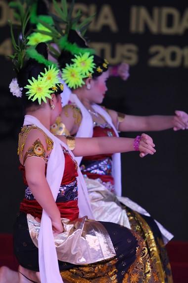 Konde pada penari rong tek dihiasi bunga dan dedaunan yang nampak bergoyang mengikuti gerakan penari