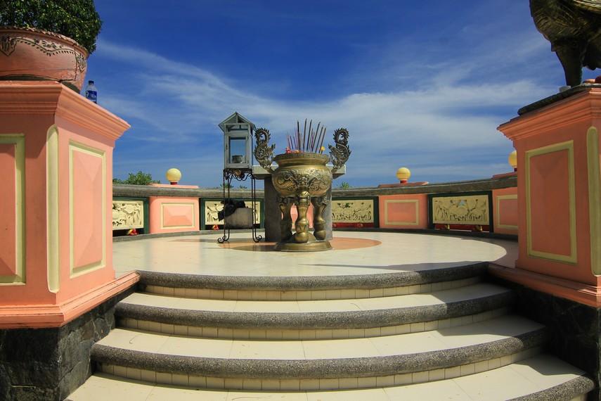 Vihara ini menjadi salah satu destinasi wisata yang banyak dikunjungi di Sukabumi, Jawa Barat