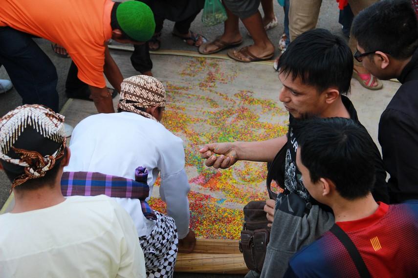 Beras dari tambak karang diperebutkan masyarakat karena dianggap membawa berkah