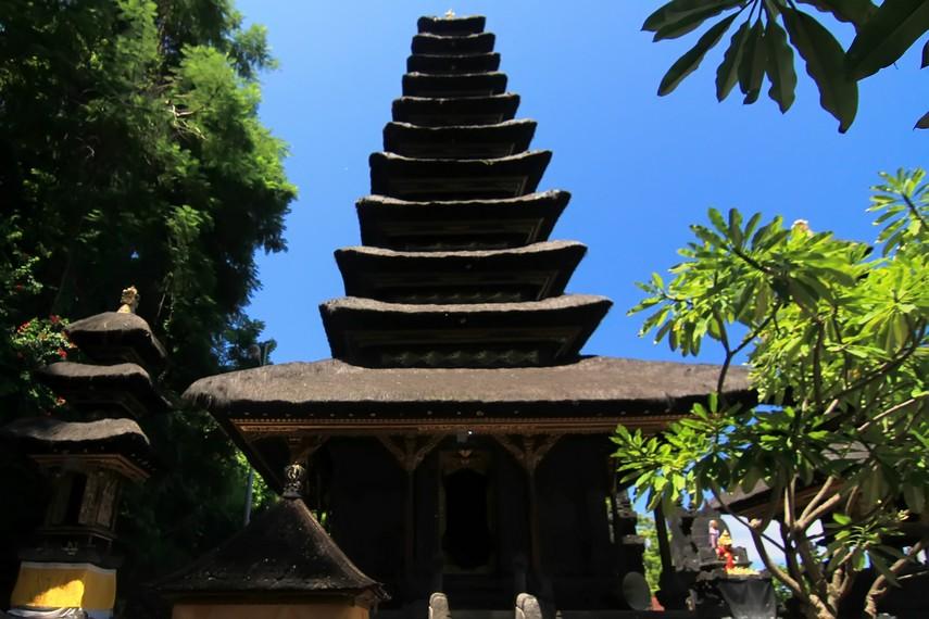 Meru tumpang sebelas menjadi salah satu tempat pemujaan dewa yang bersemayam di Gua Lawah