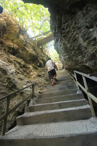 Tangga menuju kafe yang letaknya tersembunyi di atas tebing-tebing batu