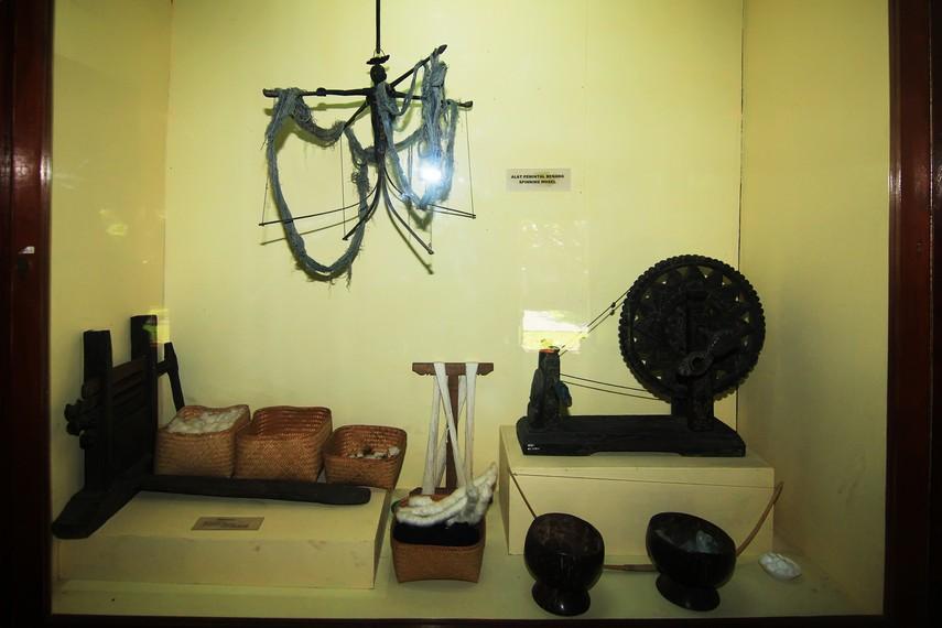 Selain kain-kain tradisional, di Gedung Buleleng juga dipamerkan alat-alat pembuatannya