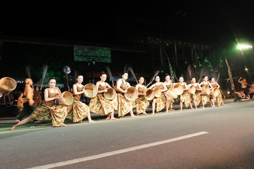 Para penari memperagakan gerakan-gerakan tarian lengkap dengan kelengkapan seperti bakul