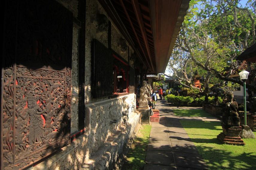 Ornamen ukiran kayu khas Bali menghiasi berbagai sudut dari museum ini