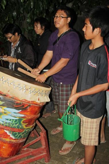 Bedug Barong Sai ikut meramaikan prosesi memandikan perahu sebagai perwujudan rasa hormat kepada Qu Yuan