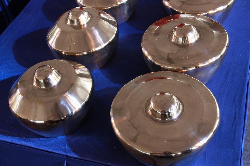 Setelah dibentuk, proses pembuatan gamelan masuk ke tahap penyesuaian tangga nada