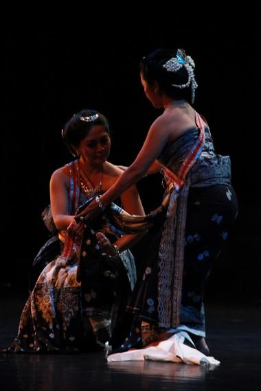 Dalam serat Calon Arang, meski dikenal cantik, tak ada satu pun pemuda yang mau meminang Ratna Manggali