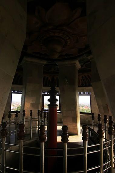Ruangan di puncak Monumen Bajra Sandhi dengan ornamen berbentuk padma di bagian atasnya