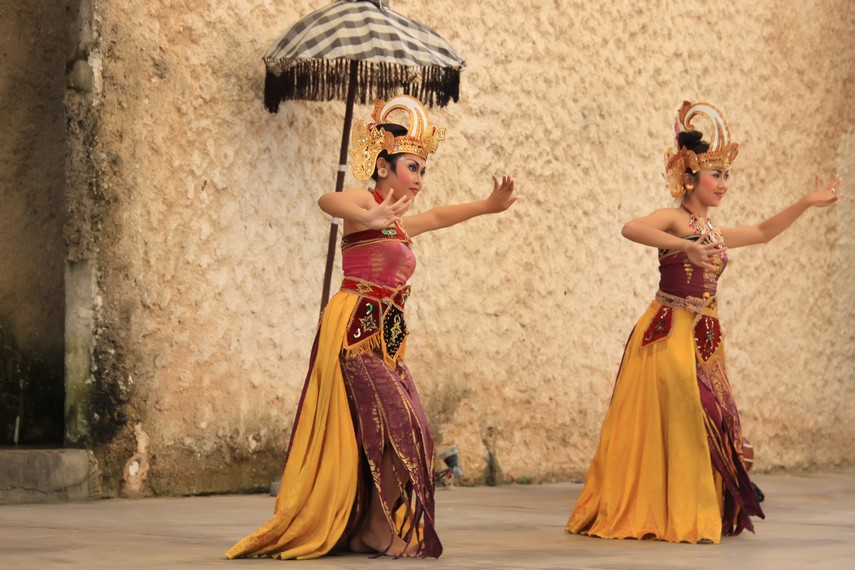 Melalui koreografi yang luwes, kostum serta musik yang khas, tari ini berhasil membawa pesan cinta kasih pada khalayak luas
