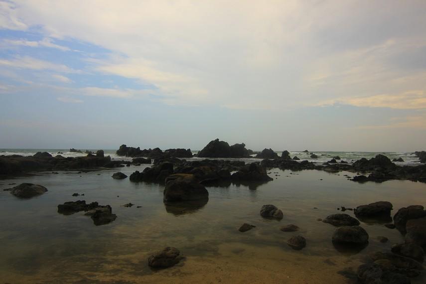 Menikmati pantai dengan karang-karang yang berada di tengah laut menjadi pengalaman menarik di Pantai Karang Songsong